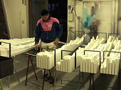 """Die grundierten Elemente werden zu """"six-packs"""" verbunden und zum Fluten vorbereitet."""